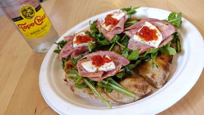 Schiacciata varis with salame, mozzarella, arugula, pickled cuerno de toro peppers and wild oregano at Pa'La.