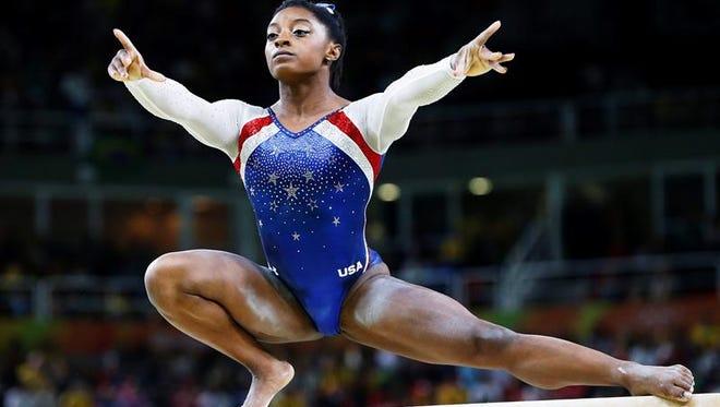 """La gimnasta estadounidense Simone Biles realiza su presentación sobre la viga de equilibrio en la final del """"All-Around"""" de los Juegos Olímpicos de Río 2016, disputada en la Arena Olímpica en Barra da Tijuca, Río de Janeiro, Brasil, este 11 de agosto de 2016."""