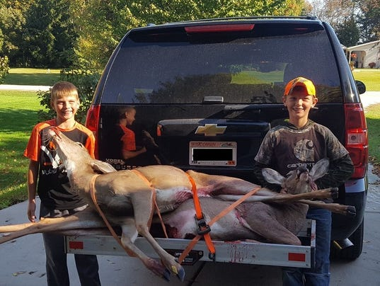 636440071205703032-Paxton-and-Preston-with-first-deer.jpg