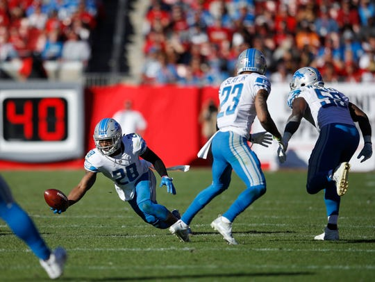 Quandre Diggs tries to make a one-handed interception against the Bucs in the third quarter on Sunday.