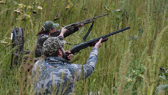 I cacciatori di uccelli acquatici stanno aspettando.