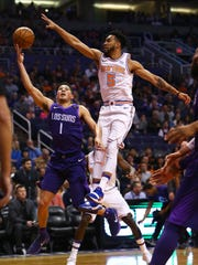 Jan 26, 2018; Phoenix, AZ, USA; New York Knicks guard Courtney Lee (5) blocks the shot of Phoenix Suns guard Devin Booker (1) in the second quarter at Talking Stick Resort Arena.