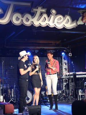 Robin Roberts interviews Brad Paisley and Carrie Underwood at Tootsie's(ABC/Chris Hollo)