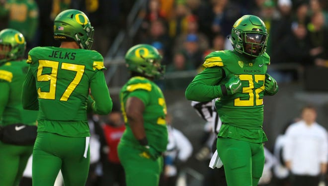 Oregon Ducks linebacker La'Mar Winston Jr. (32) celebrates following a tackle in the first quarter against the Oregon State Beavers at Autzen Stadium.