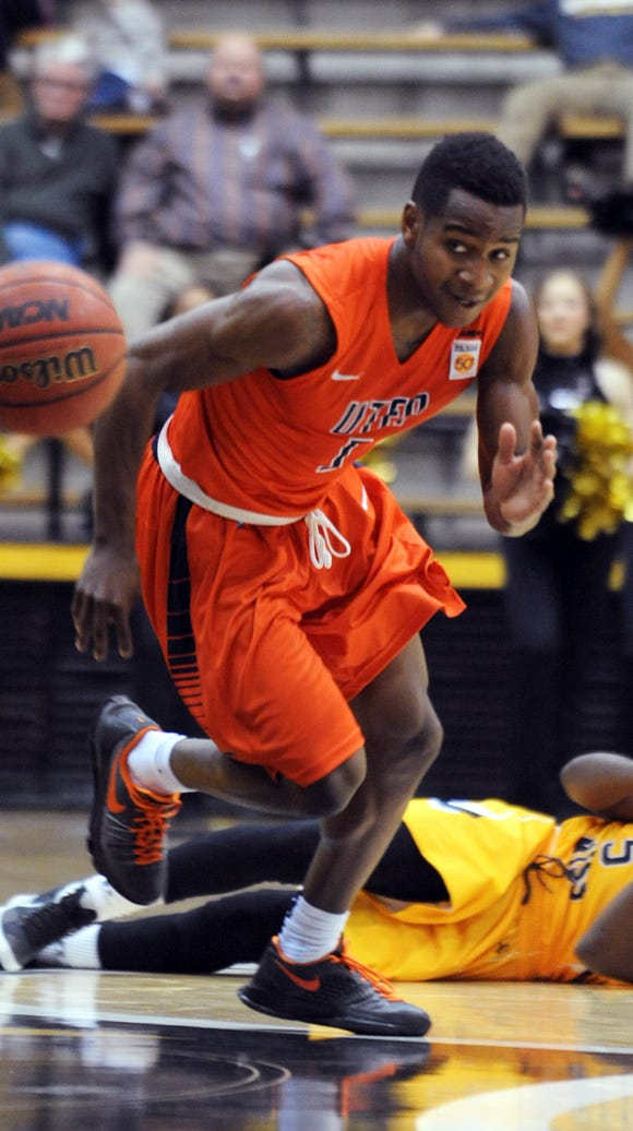 UTEP's Dominic Artis (1) scrambles to the ball as a