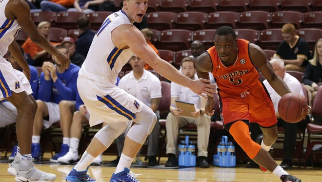 Auburn's Mustapha Heron led the Tigers with 22 points against Hofstra.