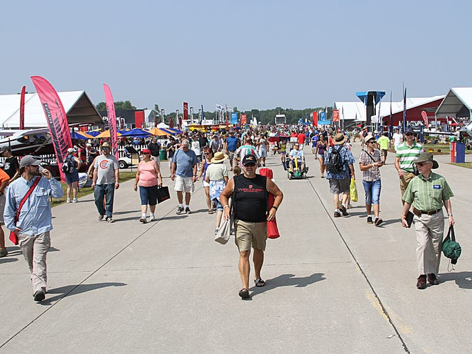 The 2014 EAA Airventure Airshow welcomes thousands Saturday to watch the USAF Thunderbirds.
