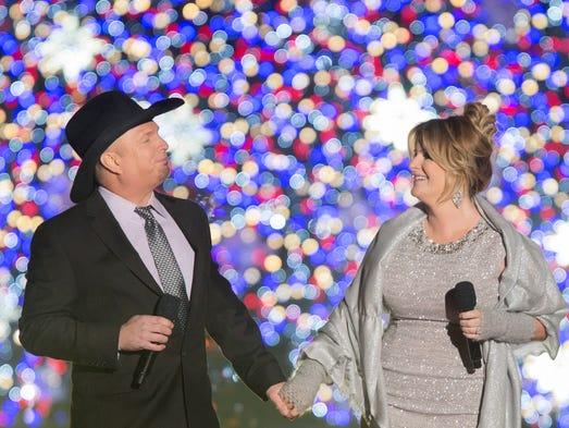 US singers Garth Brooks (L) and Trisha Yearwood (R)