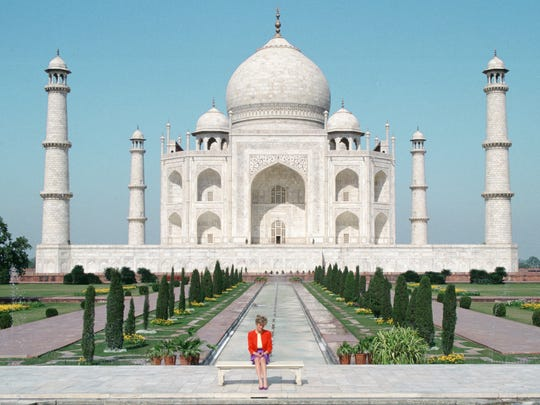 Princess Diana poses in front of the Taj Mahal during