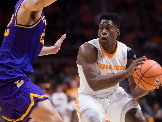 Tennessee forward Admiral Schofield (5) keeps his eyes
