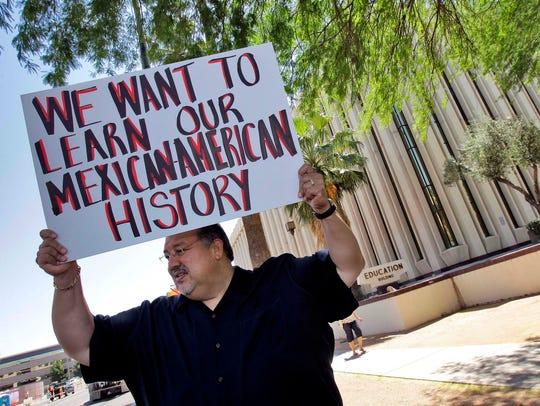 En mayo de 2011, Carlos Galindo se manifestó afuera del Departamento de Educación de Arizona junto con otros que apoyaban un programa de estudios étnicos en el Distrito Escolar Unificado de Tucson.