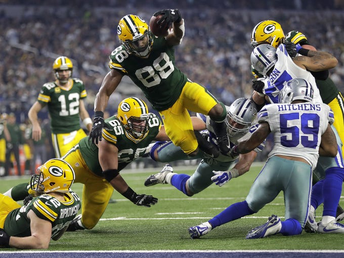 Green Bay Packers running back Ty Montgomery dives