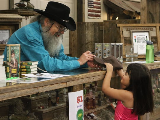 Duck Dynasty cast member Si Robertson chats with 5-year-old