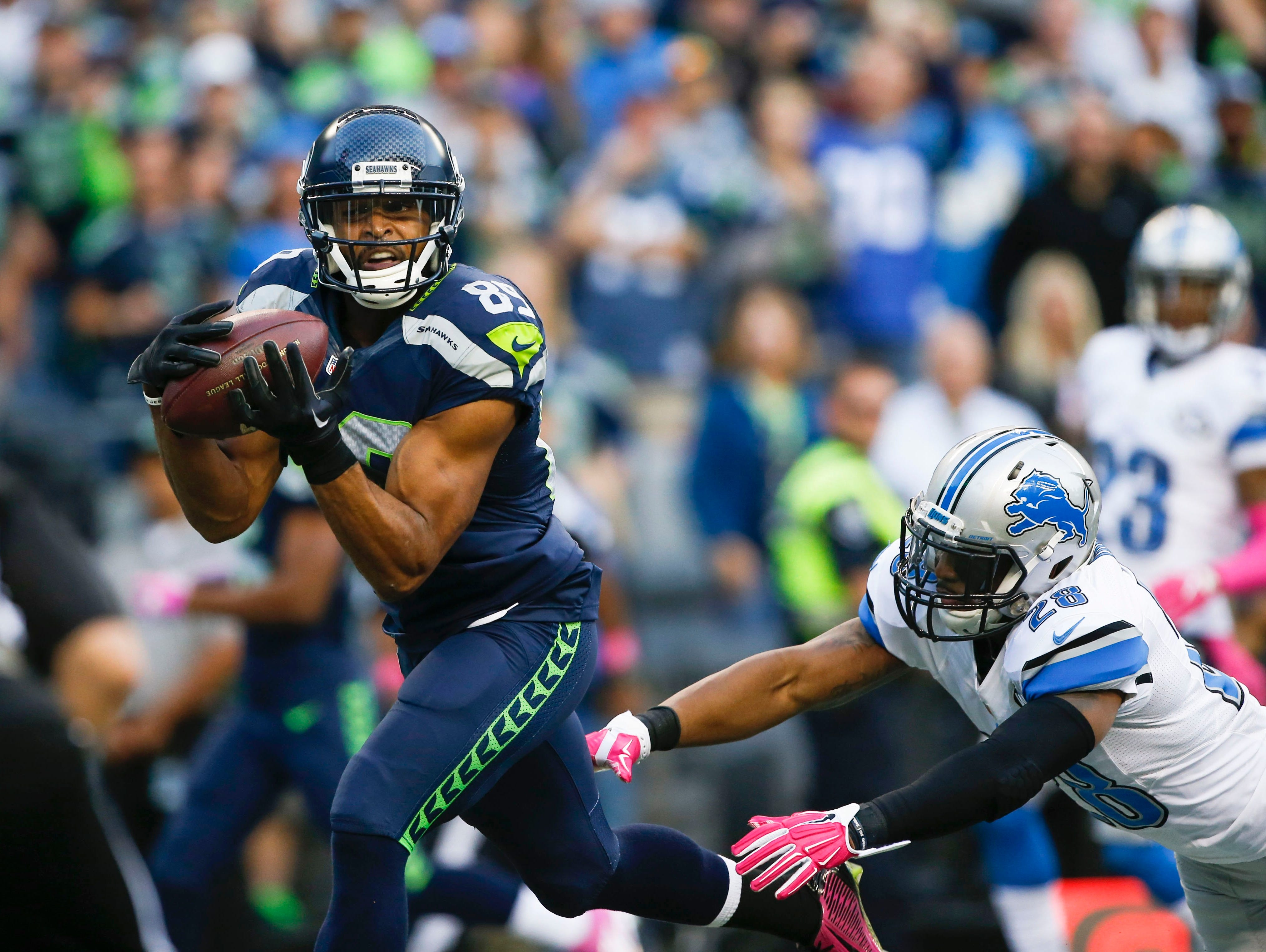 Seahawks receiver Doug Baldwin (89) hauls in a second-quarter TD catch behind Lions cornerback Quandre Diggs (28).
