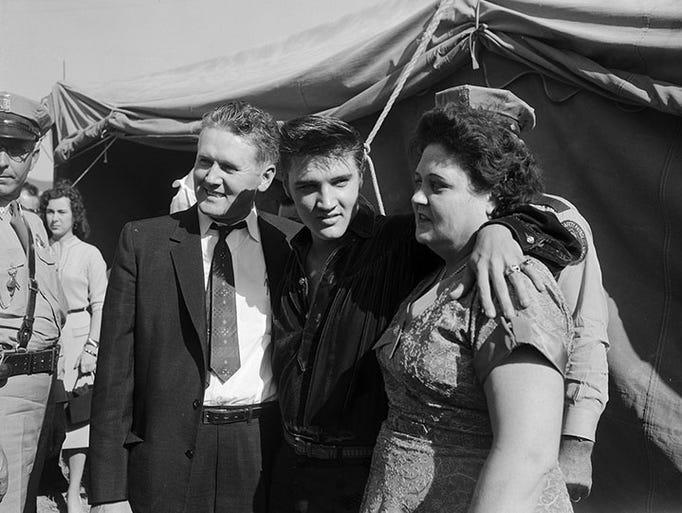 Circa 1956. Elvis Presley with his parents, Vernon