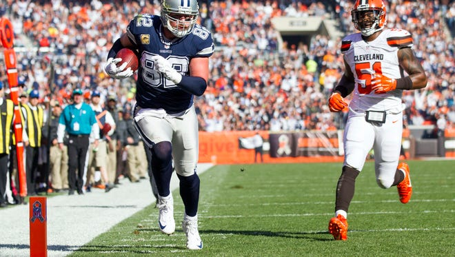 Dallas Cowboys tight end Jason Witten (82) runs the ball into the end zone for a touchdown against the Cleveland Browns during the first quarter Sunday/