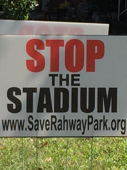 635790539702420096-park-sign