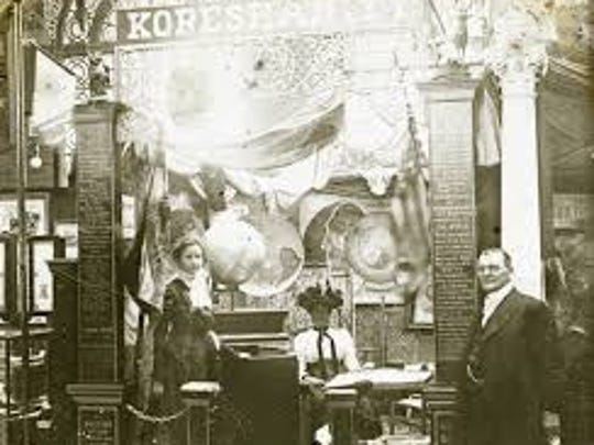 Cyrus Teed with the Koreshan  exhibit at 1901's Pan