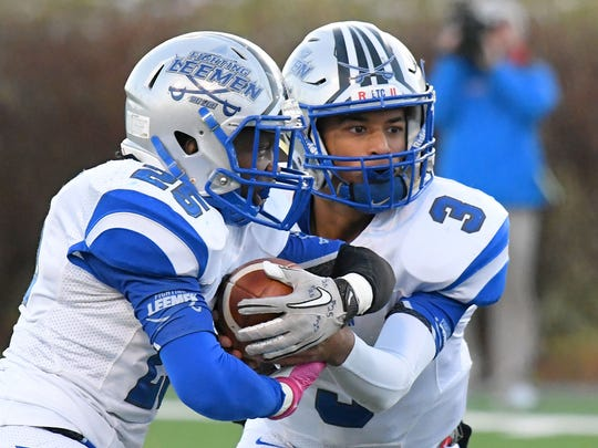 Robert E. Lee quarterback Jayden Williams hands the ball off to Devin Williams who runs it during the VHSL Class 2 state championship in Salem on Sunday, Dec. 10, 2017.