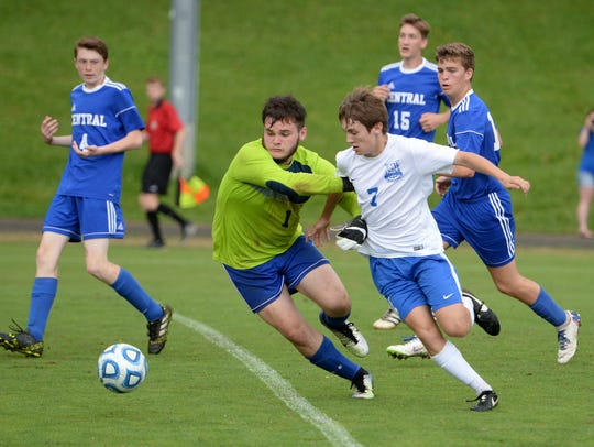 Lee High's Carson Murray (7) and Central Woodstock's