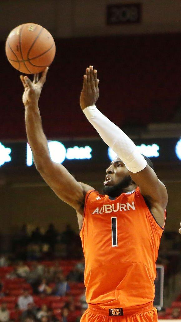 Auburn Tigers guard KT Harrell (1) shoots over Texas