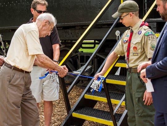 Former Marysville Mayor Joe Johns, left, cuts the ribbon