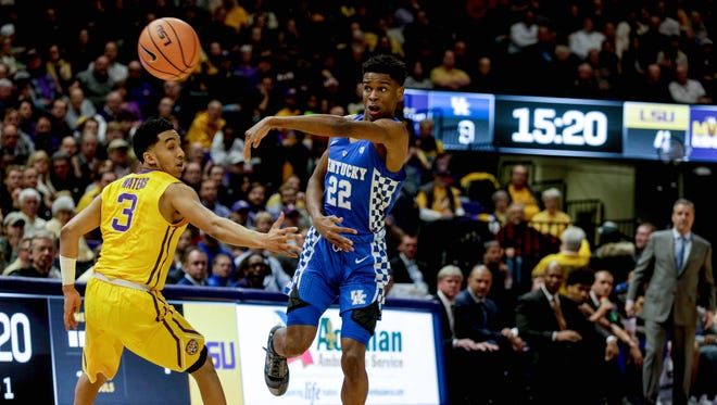 Kentucky guard Shai Gilgeous-Alexander (22) passes as LSU guard Tremont Waters (3) defends during the first half at the Pete Maravich Assembly Center.