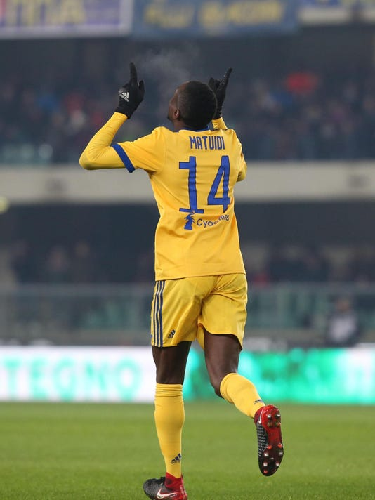 Juventus' Blaise Matuidi celebrates after scoring during the Serie A soccer match between Hellas Verona and  Juventus, at the Bentegodi stadium in Verona, Italy, Saturday, Dec. 30, 2017. (Filippo Venezia/ANSA via AP)
