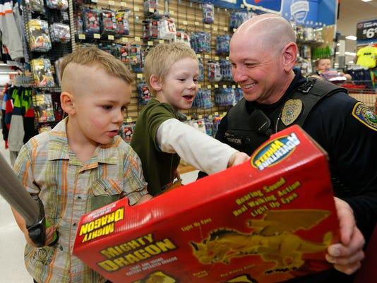 -shop with a cop.jpg_20141211.jpg