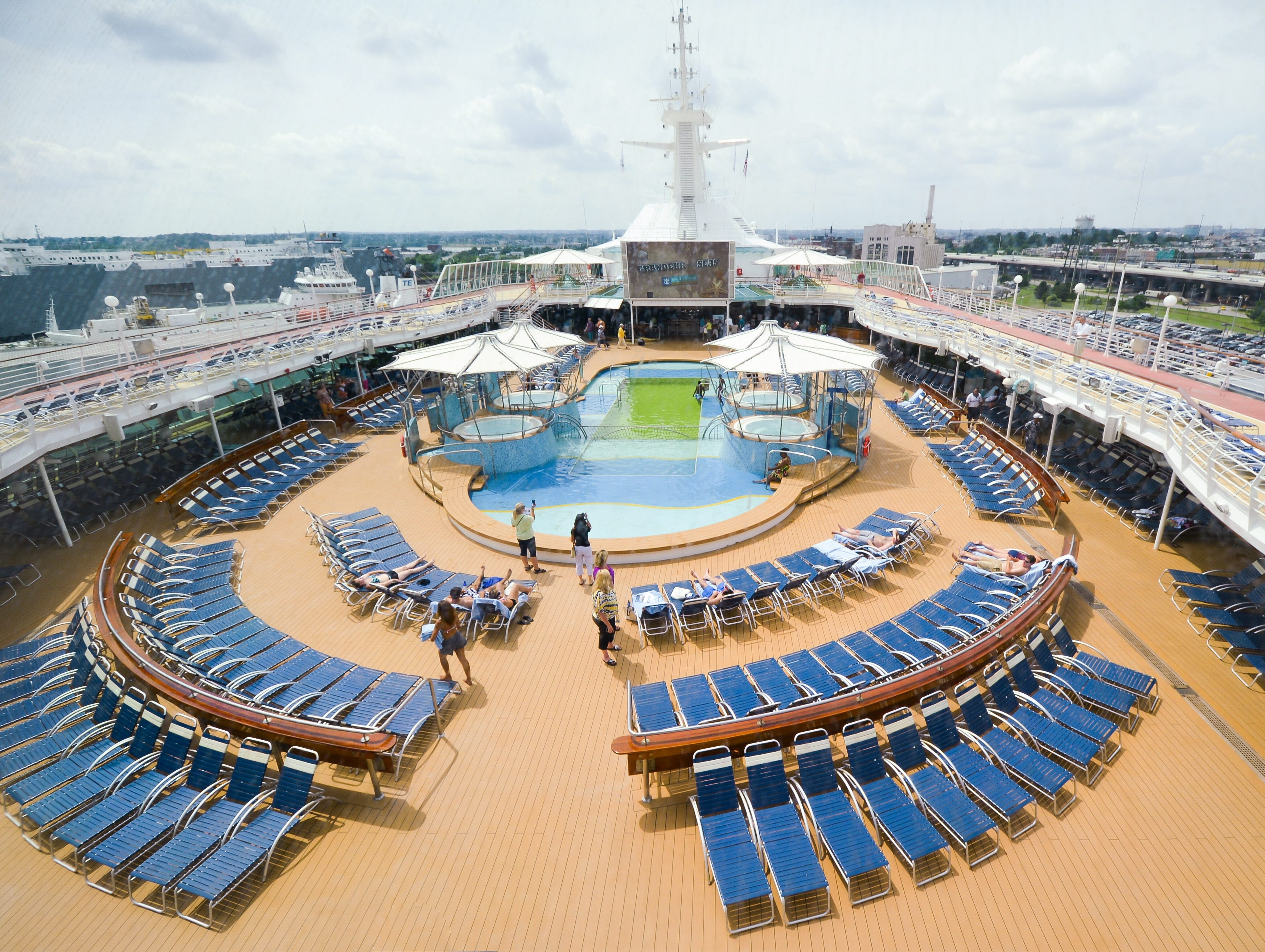 The hub of Grandeur of the Seas' top deck areas is the centrally-located main pool, which is flanked by four hot tubs.