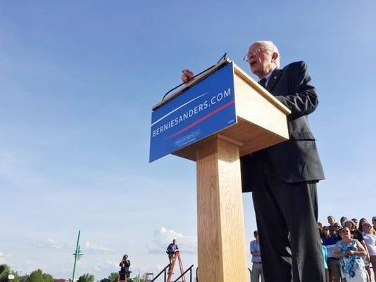 635682607766053098-Bernie-at-podium