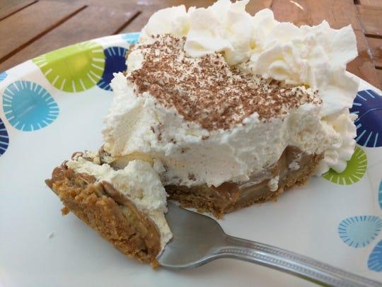 Sealantro's banana toffee pie hasa graham cracker