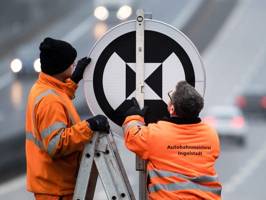 Road maintenance workers Florian Pichlmeier (l) and