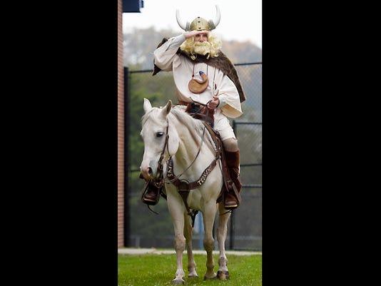 LDN-MKD-110817-principal on horse