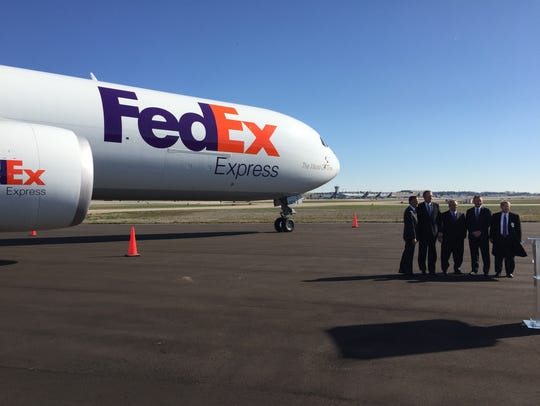 Gov. Bill Haslam, flanked by FedEx officials with a