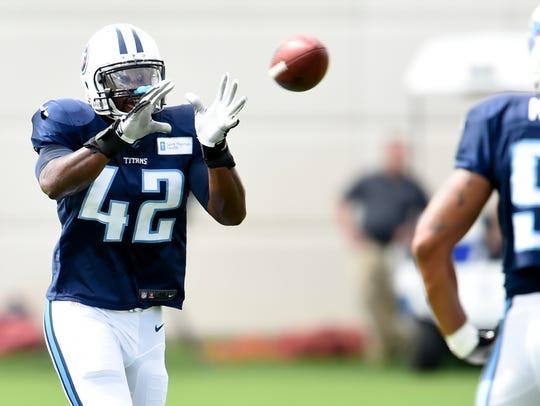 Titans outside linebacker Dezmond Johnson (42) pulls
