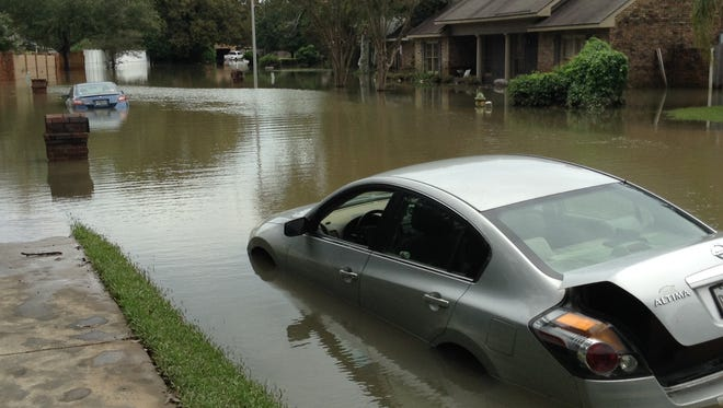 Homes and cars on Water Oaks Drive in Lafayette