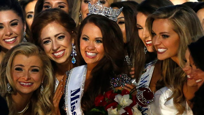 New Miss America Cara Mund poses for a photo with contestants during Miss America 2018 pageant, Sunday, Sept.10, 2017, in Atlantic City, N.J.