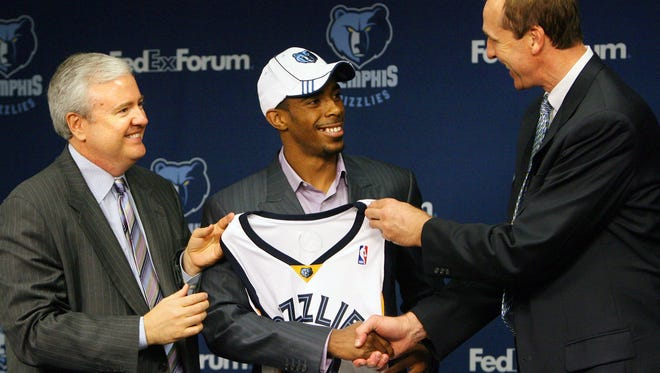 Grizzlies general manager Chris Wallace, left, and coach Marc Iavaroni introduce new point guard Mike Conley Jr. at a press conference in 2007.