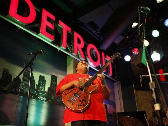 Bassist Ralphe Armstrong plays a Jazz on the Riverwalk