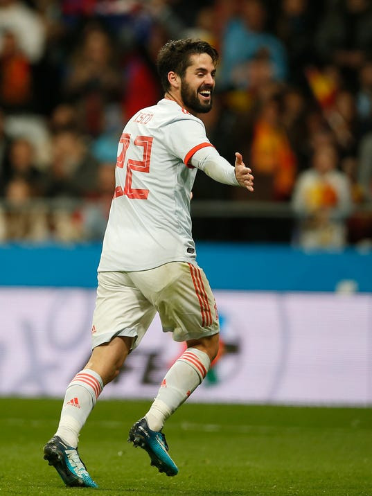 Spain's Isco Alarcon, right, celebrates after he kicks Spain's 6th goal during the international friendly soccer match between Spain and Argentina at the Wanda Metropolitano stadium in Madrid, Spain, Tuesday March 27, 2018. Spain defeated Argentina with 6-1, Isco scored three goals. (AP Photo/Paul White)
