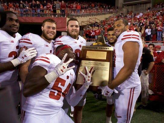 Wisconsin players celebrate with the Freedom Trophy