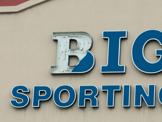 A portion of the Big 5 Sporting Goods sign is missing