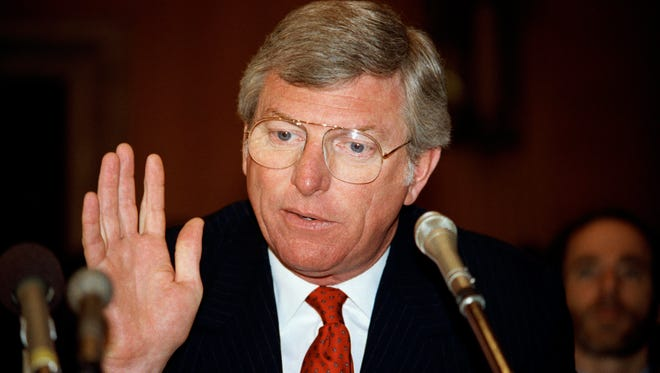"""In this June 19, 1985, file photo, Texas Gov. Mark White gestures while speaking before the environment and public works in Washington. White, a Democrat who championed public education reforms, including the landmark """"no-pass, no-play"""" policy for high school athletes, has died, Saturday, Aug. 5, 2017. He was 77."""