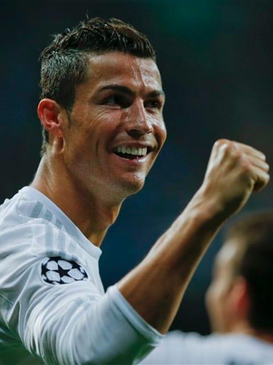 El delantero del Real Madrid Cristiano Ronaldo celebra sus goles contra Shakhtar Donetsk por la Liga de Campeones en Madrid el 15 de septiembre del 2015. (AP Foto/Paul White)