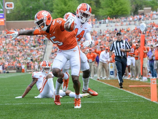 Clemson wide receiver Tee Higgins (5) catches a touchdown