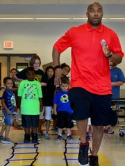 Former Tennessee Titan George Wilson shows students