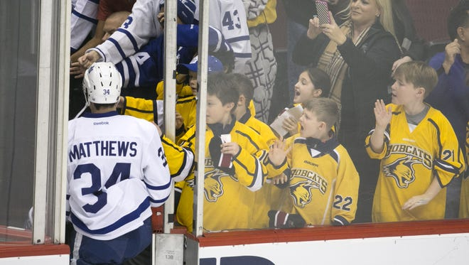 Kids from a Phoenix youth hockey team cheer for Auston Matthews after warm-ups before Matthews faced the Coyotes in 2016.