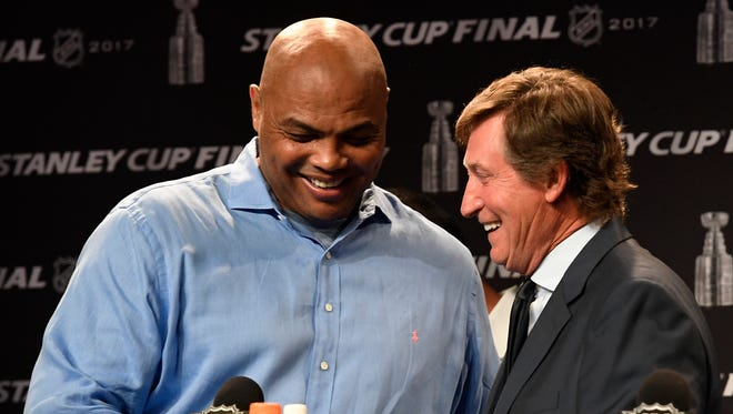 Former NBA star Charles Barkley, left, shakes hands with hockey great Wayne Gretzky during a press conference to announce the selection of the 1984-85 Edmonton Oilers by fans as the Greatest NHL Team of all time, before Game 4 of the Stanley Cup Final on Monday, June 5, 2017.