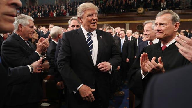 El presidente Donald Trump se alista para dar su primer discurso del Estado de la Unión esta noche.